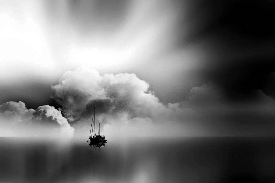 Barco en el horizonte crepuscular