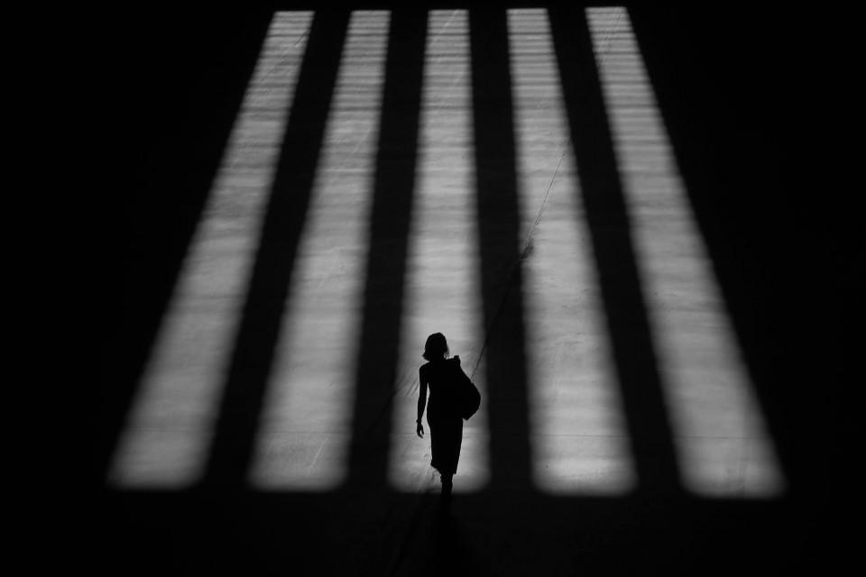Mujer entre las sombras