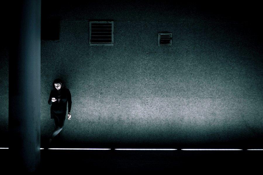 mirando el movil solitario en un tunel